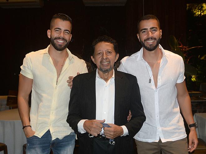 Valtério Pacheco o aniversariante com seus convidadso very special os cantores Pipo e Rafa Marques