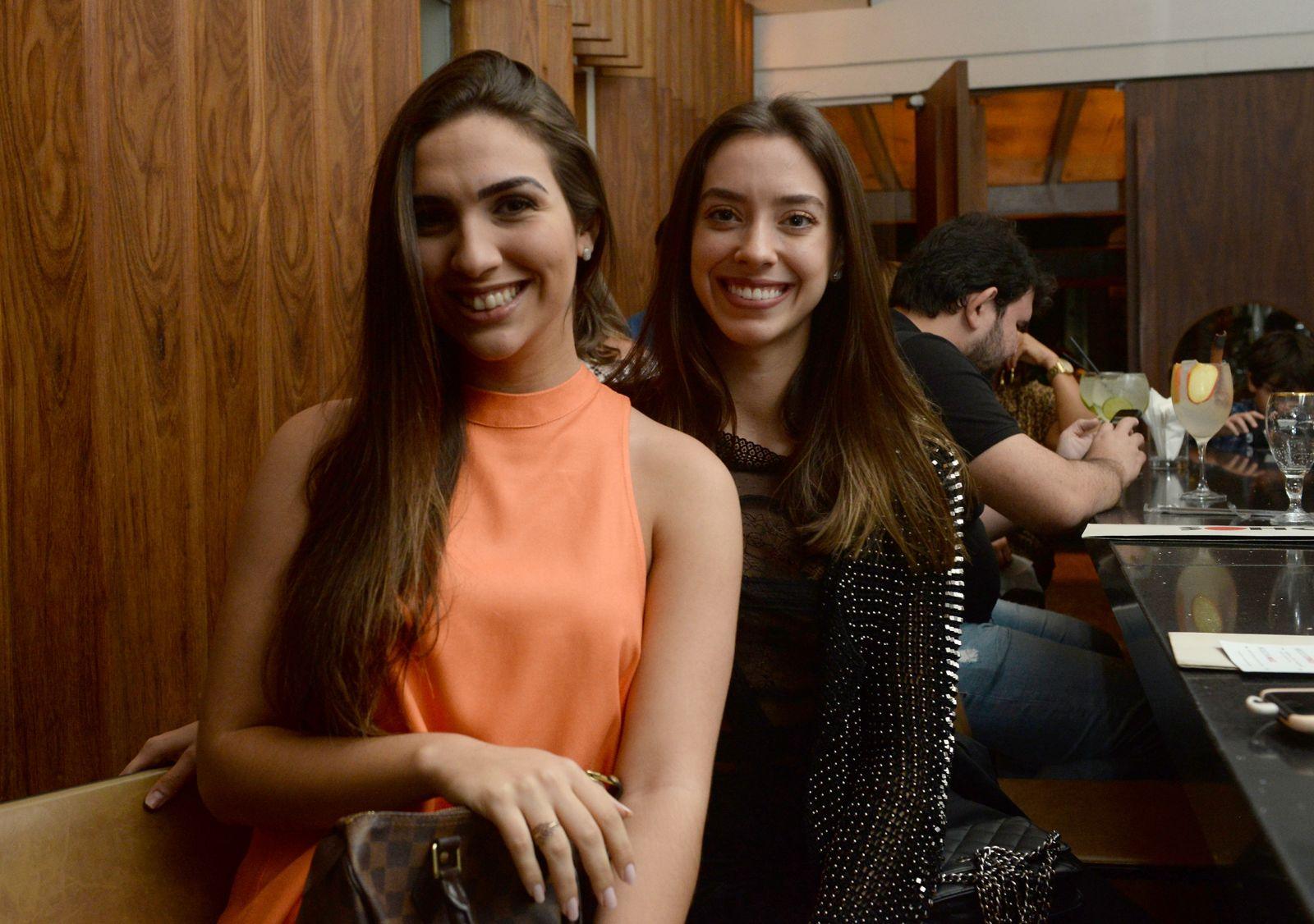 Camila Farias e Carolina Esteves jantando no Soho em fotos de Valterio Pacheco
