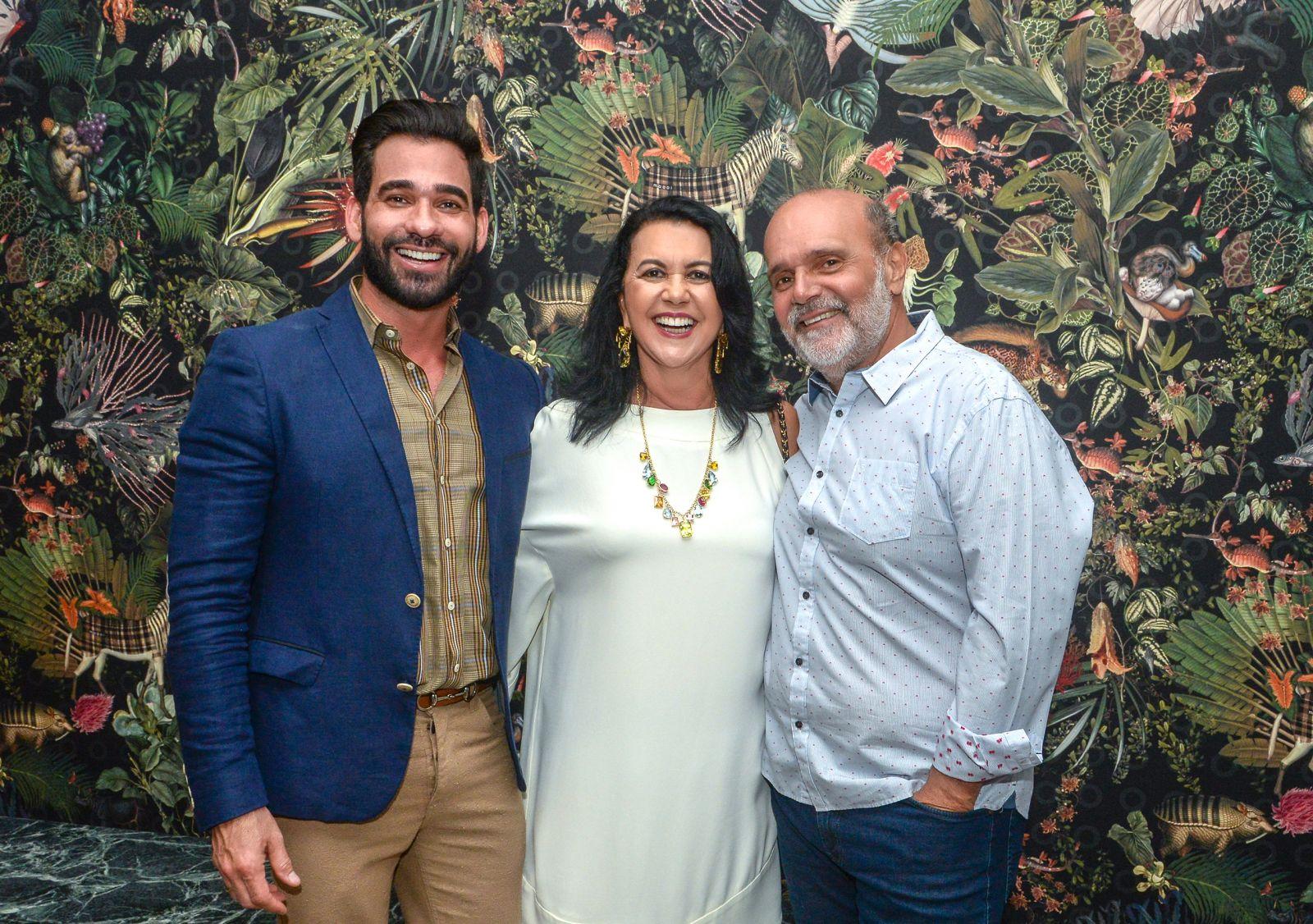 Marlon Gama(Designer de int.), Ozana Barreto( Boticário ) e Everton Visco(Adm. do Shopping da Bahia em destaque do dia 20 de agosto