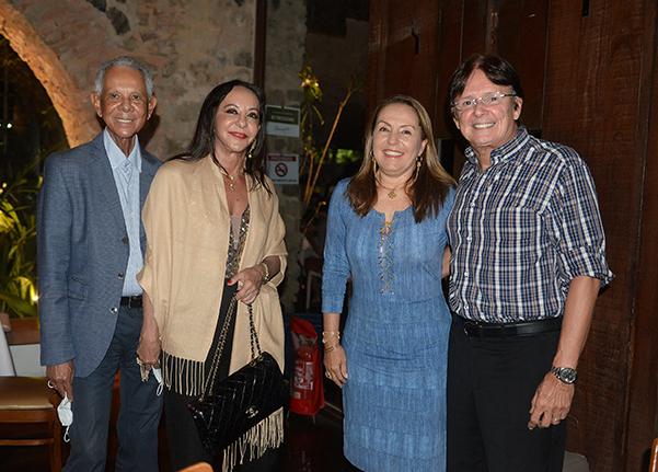 Edson Piaggio e Kátia, Márcia e Guto Amoedo jantando no  restaurante Amado no fim de semana