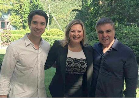 Joice Hasseman entre o funador e presidente do Inst. Brasil 200 que com outros empresários prometeram um milhão de empregos no governo Bolsonaro. Ver mais...