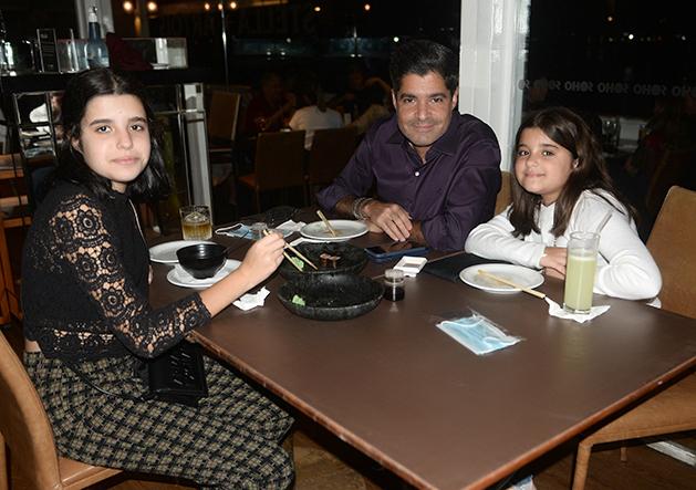 ACM Neto jantando no Soho da Bahia Marina com as filhas