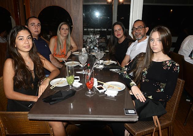 Bartô chef da cozinha japonesa jantando com amigos no Soho da Bahia Marina em Salvador