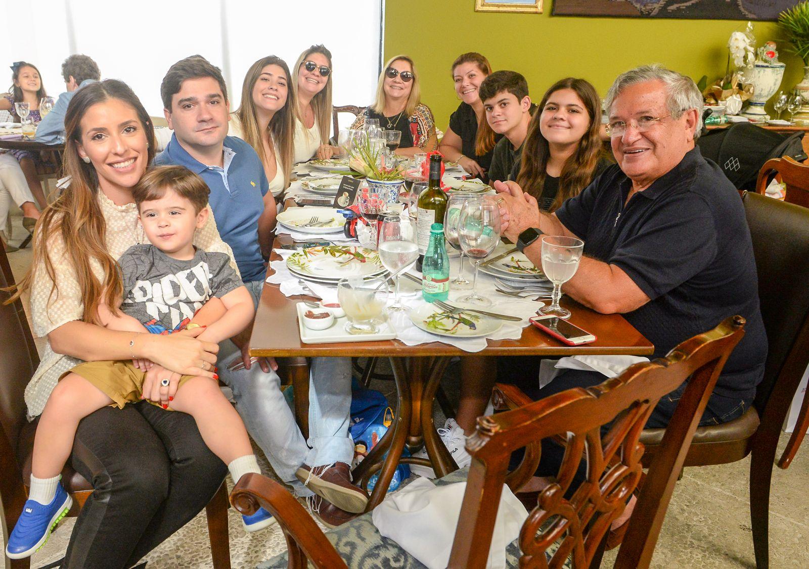 Ademar Lemos e Verônica jantando no seu restaurante Chez Bernard com clientes e amigos