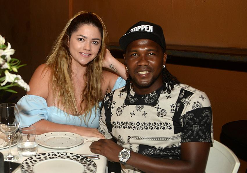 Rodollega jogador do Bahia jantando no Amado de Salvador com Carolina em fotos de Valterio.com.br