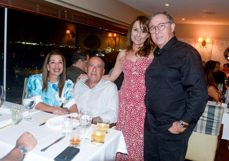 Os aniversariantes Regina e Edgar Medrado, com Monica Moema Pitanga e Heitor Cunha, No Chez Bernard.