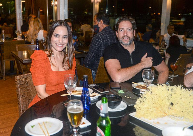 O advogado Ciros soares e Lara jantando no restaurante soho no dia 23 de dezembro