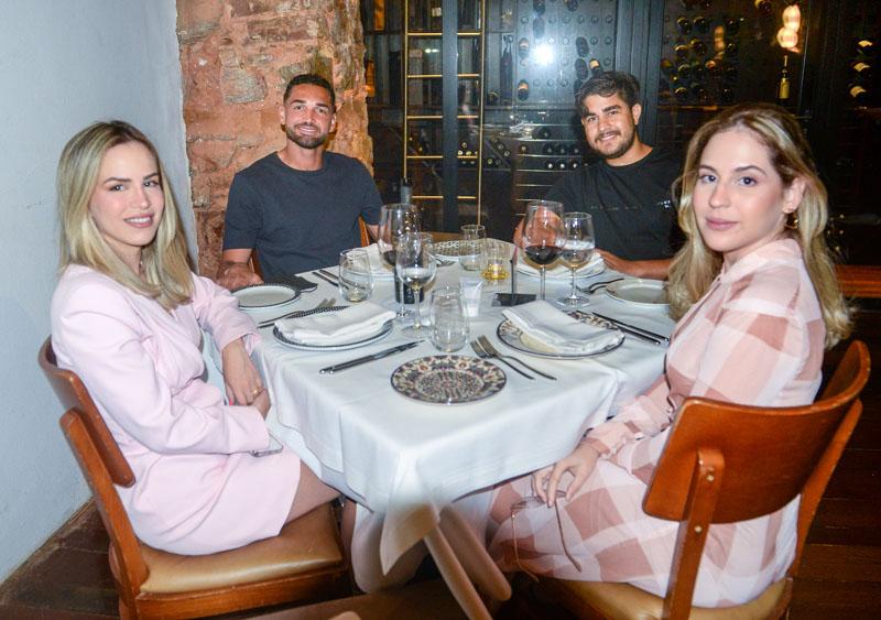 Gilberto camisa 9 Do Bahia e Natália jantando no Amado com Lívia e Saulo Barreto,
