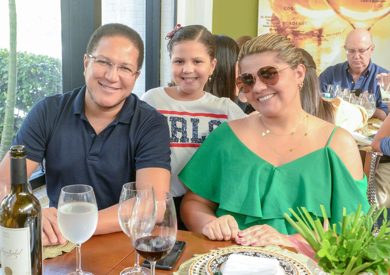 Andrea e deputado Augusto Castro jantando com a filha Melissa no Bistrô Trapiche Adega no dia das mães