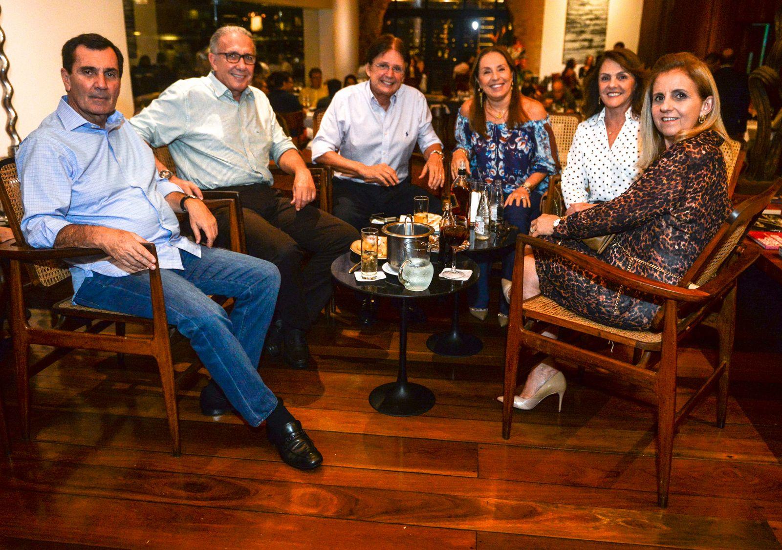 Três pesos pesados da construção, do ramo calçados e imobiliário, jantando no Amado com suas respectivas esposas
