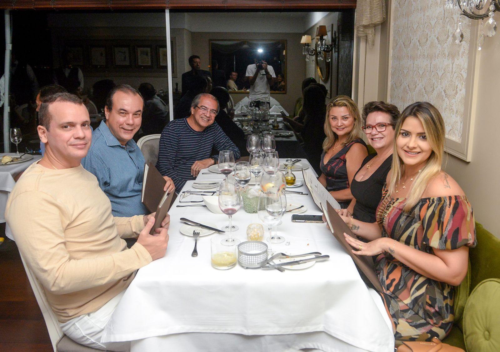 Roberto Sá Menezes Provedor da Santa Casa jantou com a espoa e amigos no Chez Bernard