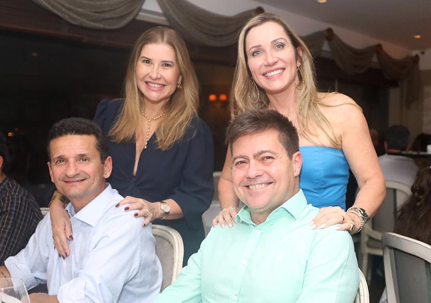 Madalena e deputado Everaldo Anunciação Presidente do PT Ba jantam com os filhos no Chez Bernard no dia das mães. Ver mais..