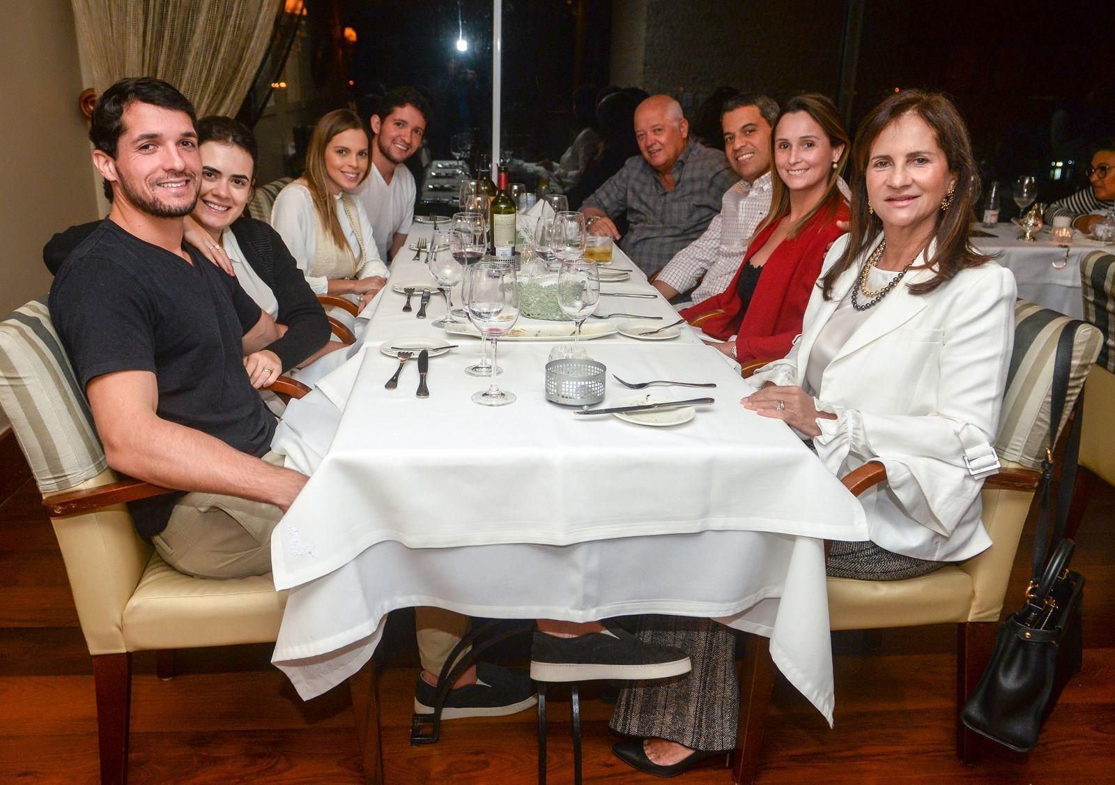 Carlinhos e Rita Kruschewky com os filhos e futuras noras e amigos jantando no Chez Bernard