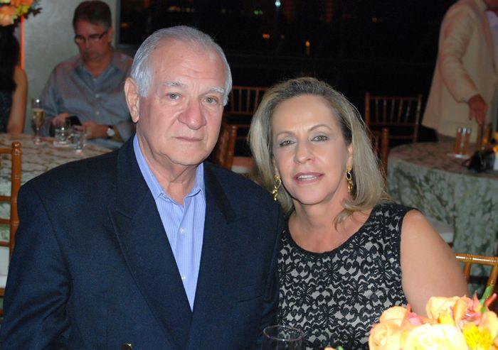 O piloto Milton Tosto dono da Abaeté TX Aéreo, aniversariou no último dia 29, na foto ele está com a esposa Célia Tosto