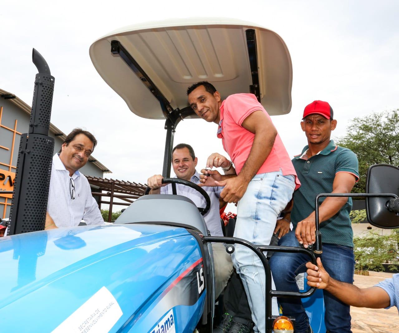 Nelson Leal governador interino, deixa o cargo hoje e amanhã Rui costa entra em sena, foto em visita  ao município de Macaúbas