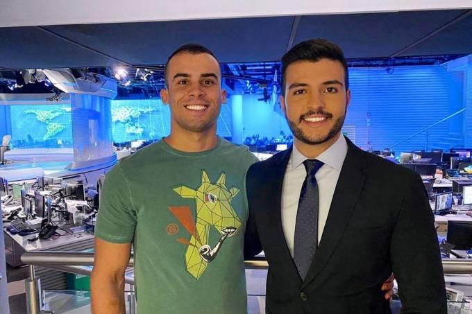 O jornalista Matheus Ribeiro levou o namorado, o policial militar Yuri Piazzarollo, para conhecer o estúdio do Jornal Nacional onde ele trabalha