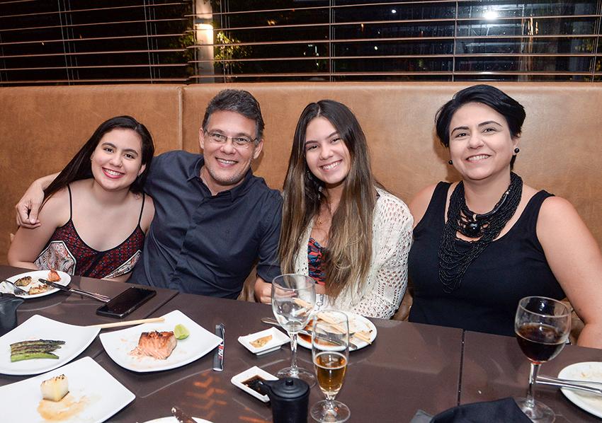 Marcos Melo jantando no Soho com a esposa Fabiane e as filhas  Isabela e Gabi Melo