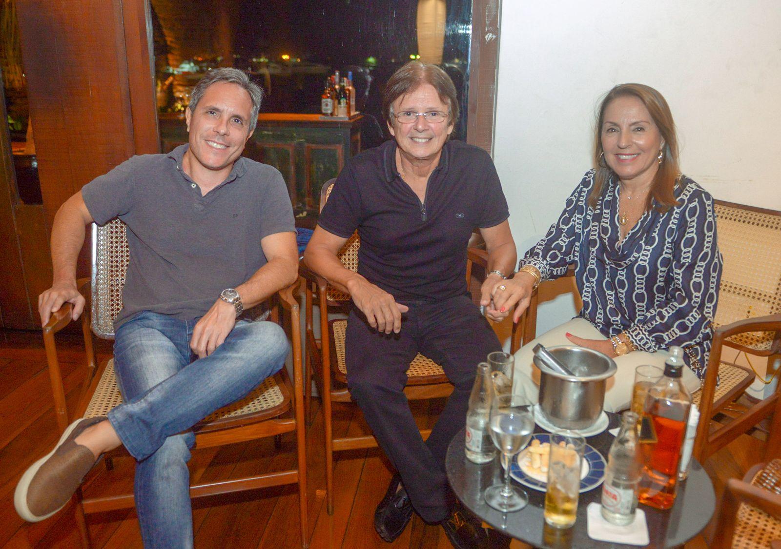 Filipe Phileto, Márcia e Guto Amoedo jantando no Amado dia 15 de março