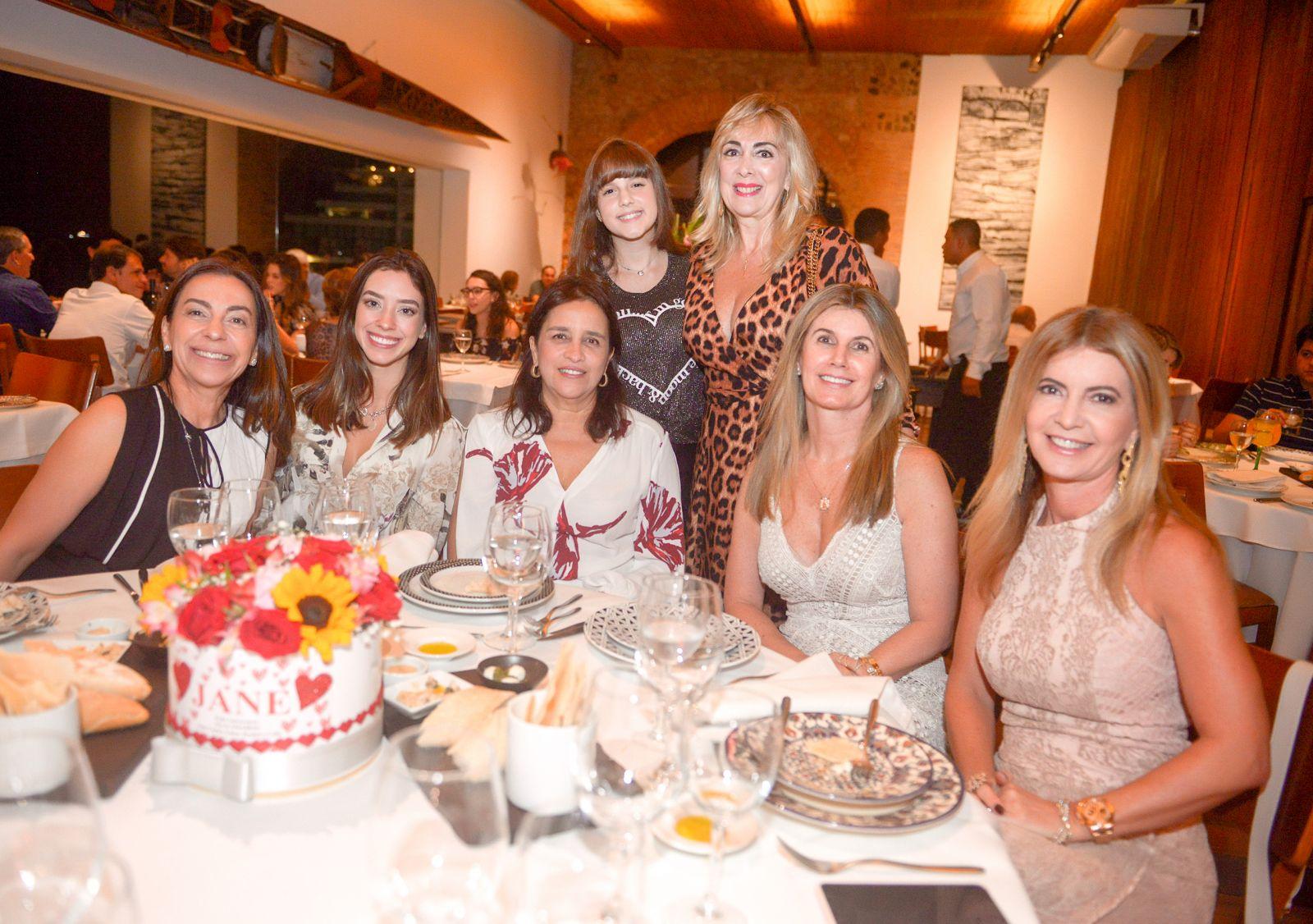 Jane Rocha levou uma turma de amigas para comemorar seu aniversário no Amado ontem(15)