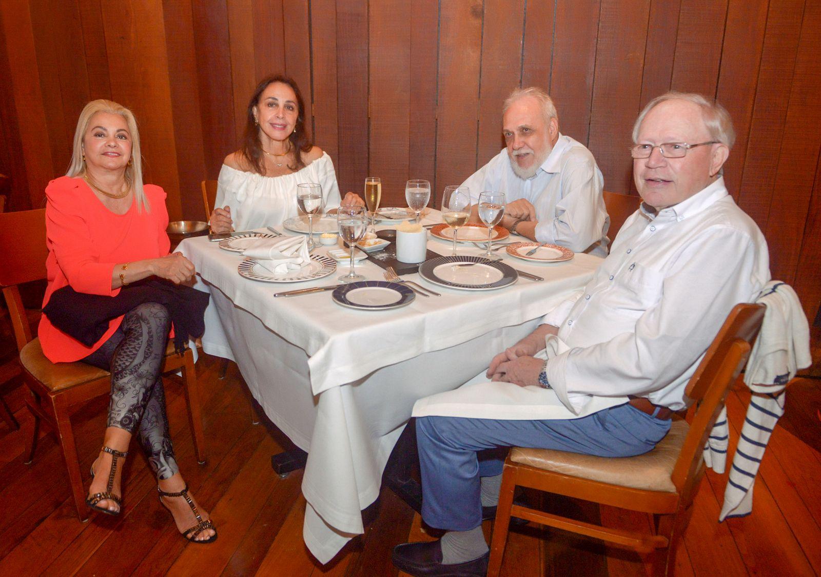Frances e Giovanni Pisano levaram Regina e Gunter Glauner para jantar no Amado ontem(15)
