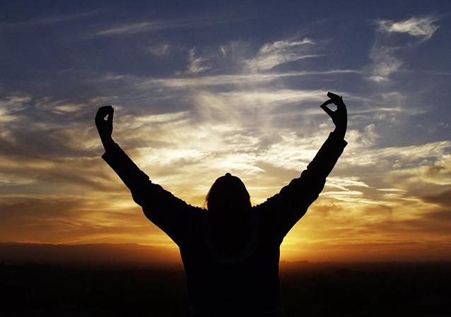 Uma jovem levantou as mãos na hora de dormir, e disse: Me cobre com teu sangue Jesus. Veja o que aconteceu...