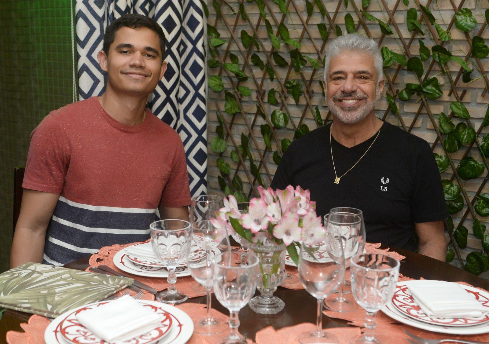 O cantor Lulu Santos e seu marido Clebson Teixeira jantando em Salvador no Bistrô Trapiche Adega