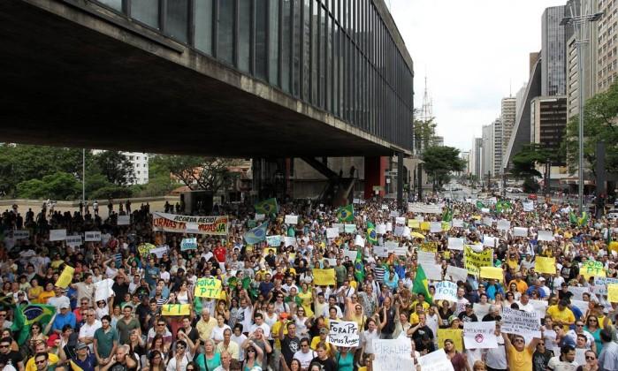 Cerca de 3 mil se reúnem na Avenida Paulista para protestar contra a reeleição de Dilma