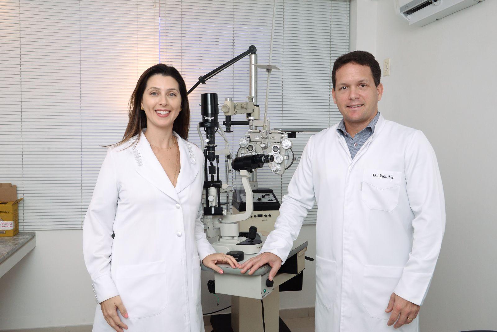 Os oftalmologistas Mirian Minari Faz e Fábio Vaz, já chegaram e já estão atendendo em seu endereço de Ondina