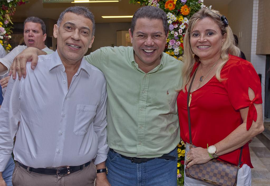 Wahingtons Santanna é o nobre aniversariante de hoje, na foto ele está com Marcelo Sacramento e Cristina David.