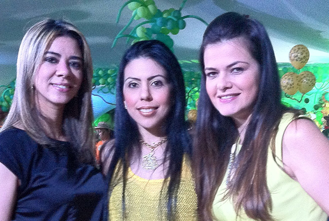 Juliana Berenguer e a aniversariante de hoje(a de amarelo mais claro), está com Ana Luzia Moscoso e Priscila Borges