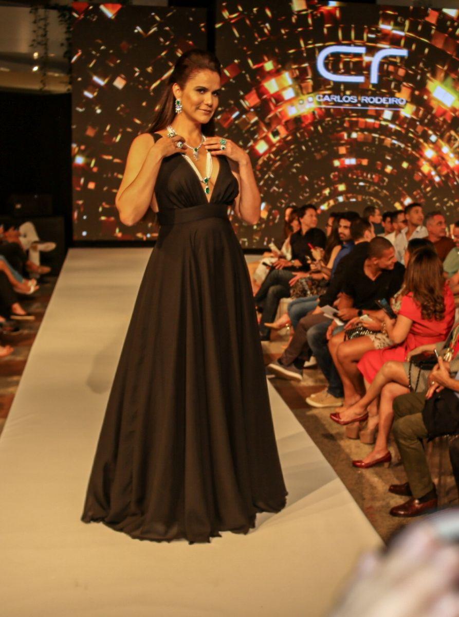 A cantora Gilmelândia desfilando para CR no Barra Fashion 2019