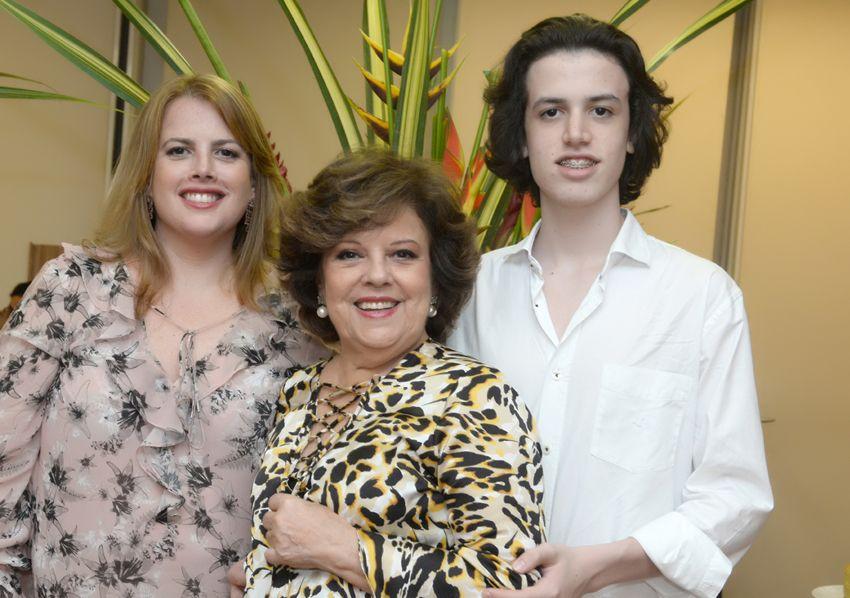 Flávio Freita Roth é o aniversariante de hoje(04), no foto ele está com sua mãe Fernanda e sua avó Janete Freitas