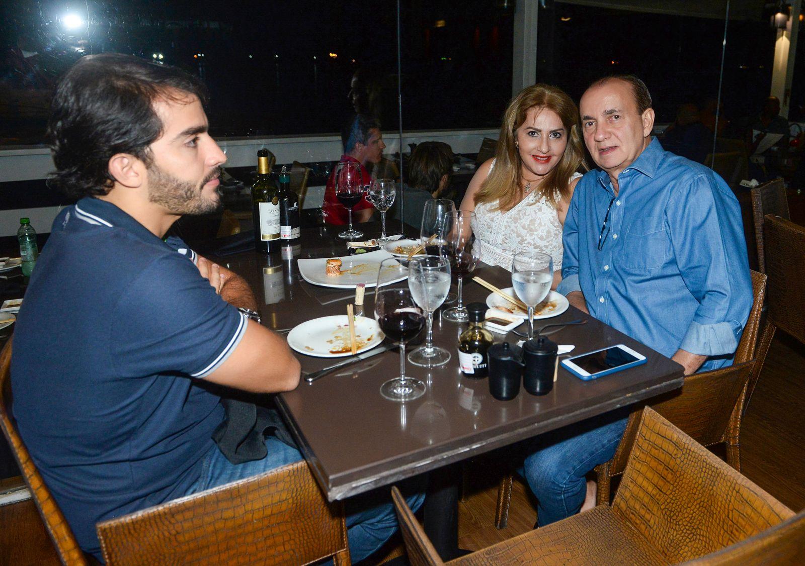 Alberto Nunes Presidente do CDL, com a esposa Ivone e o filho Alberto jantando no Soho da Bahia Marina