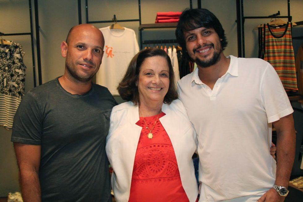 Luisinha Brandão a aniversariante do último dia 15, na foto ela está entre os filhos Alexandre e Chico Brandão
