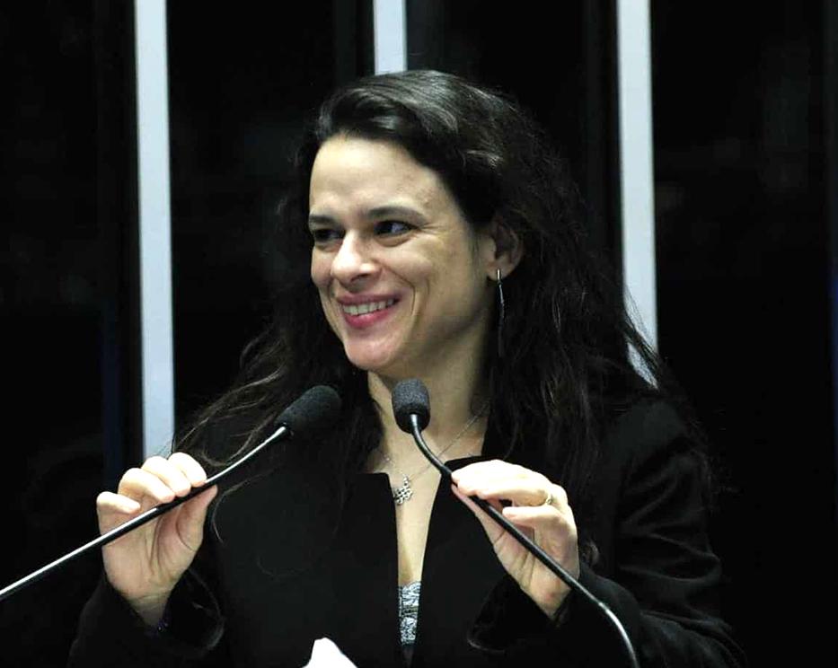 Janaina Paschoal, do PSL, terseu um comentário dizendo que o partido PSL está parecido com o PT. Veja mais...