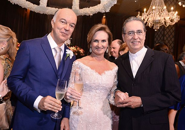 Padre Luiz Simões é o nobre aniversariante, na foto ele está com o casal Verônica e Alex Cunha Guedes