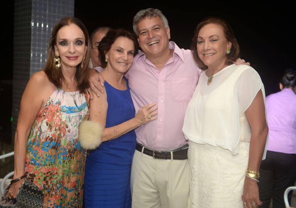Marcos Pedreira o aniversariante de hoje, na foto ele está com a sua mãe e suas tias. Ver mais...