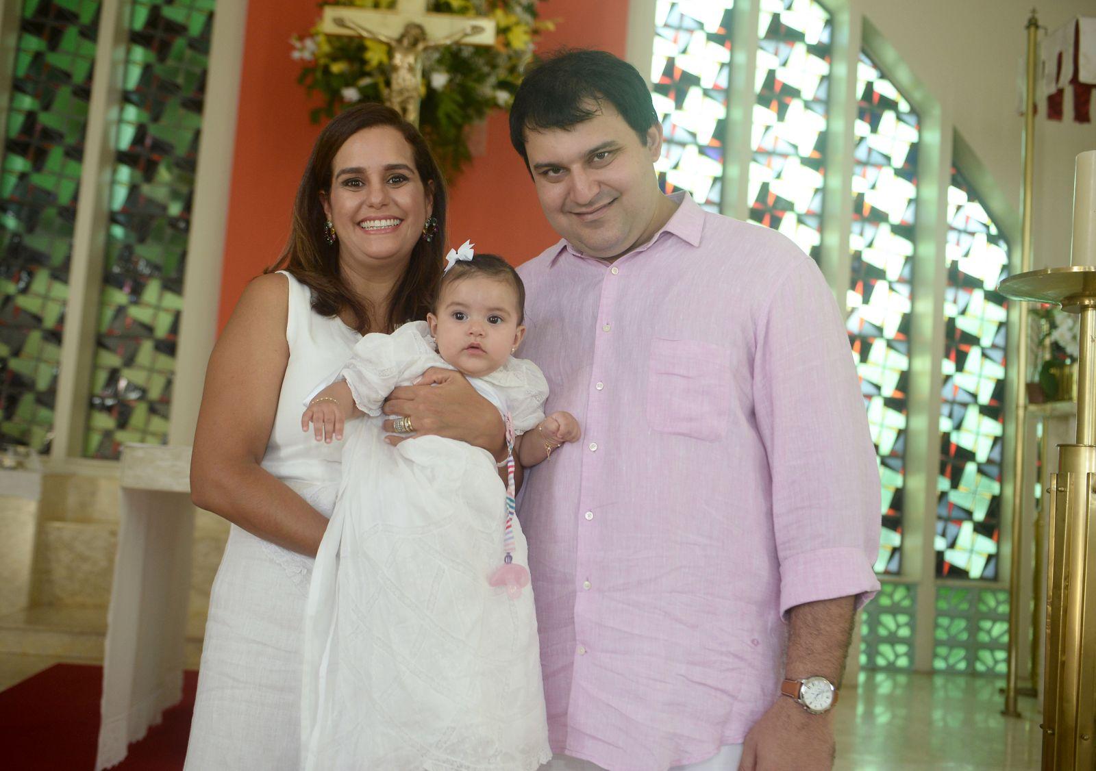 Batizado de Maria Luiza Silva Valero, na foto ela está com seus pais Priscila Silva Valero e Bruno Valero
