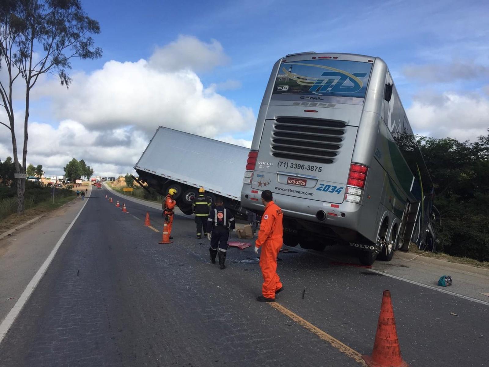 Ônibus com delegação sub-15 do Bahia está envolvido em acidente com ao menos 2 mortos em MG