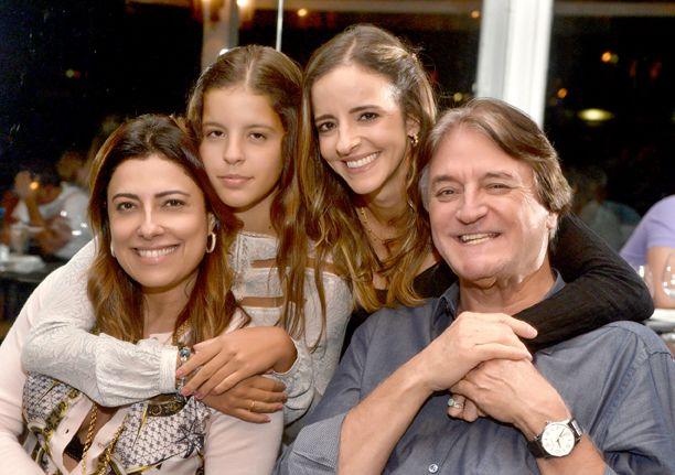 Sandy Najar a aniversariante de hoje, na foto ela está com Angélica, sua filha Emily e Antonio Siqueira seu paizão.