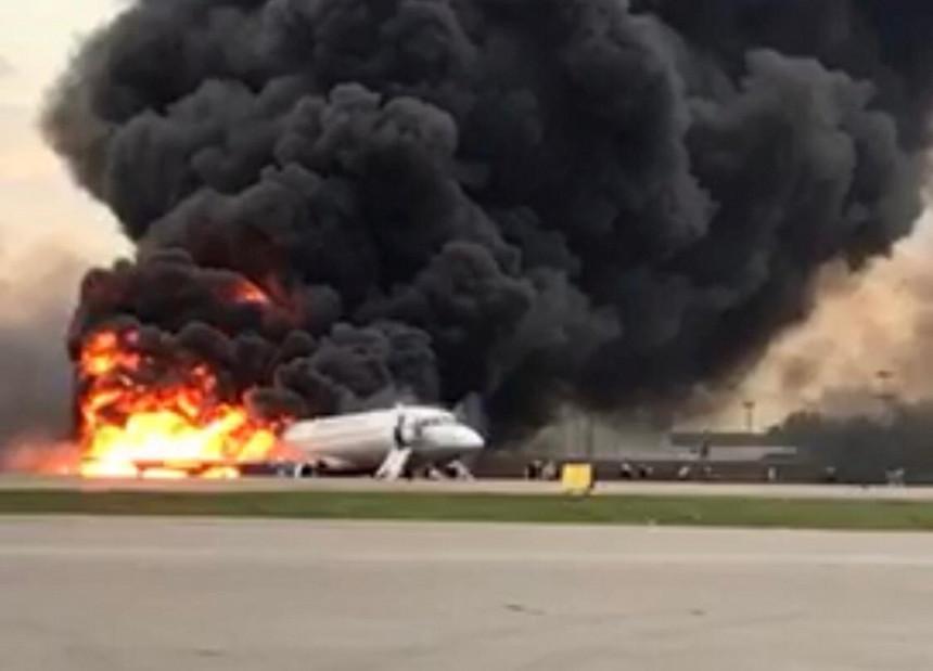 Avião é atingido por raio em Moscou, pousa em chamas e deixa ao menos 41 mortos e dezenas de Feridos