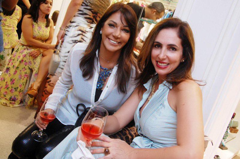 Luzia Santhana a aniversariante de hoje, na foto ela está com a delegada Carmem Bittencourt
