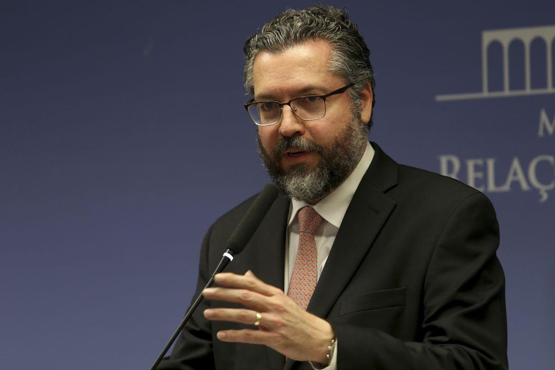 Chanceler Ernesto Araújo exonera diplomata após textos críticos em blog.Ver mais...