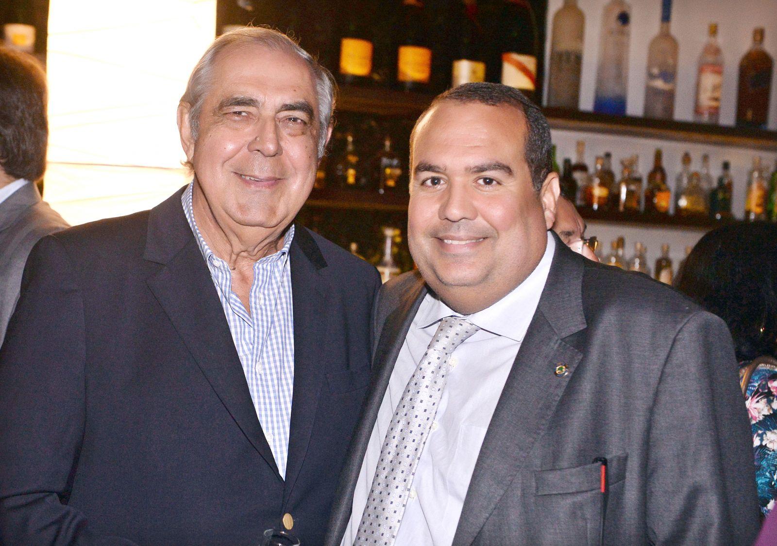 O deputado Leur Lomanto Jr, é o aniversariante de hoje 28 de outubro, na foto Leur pai está com o deputado Sandro Reis