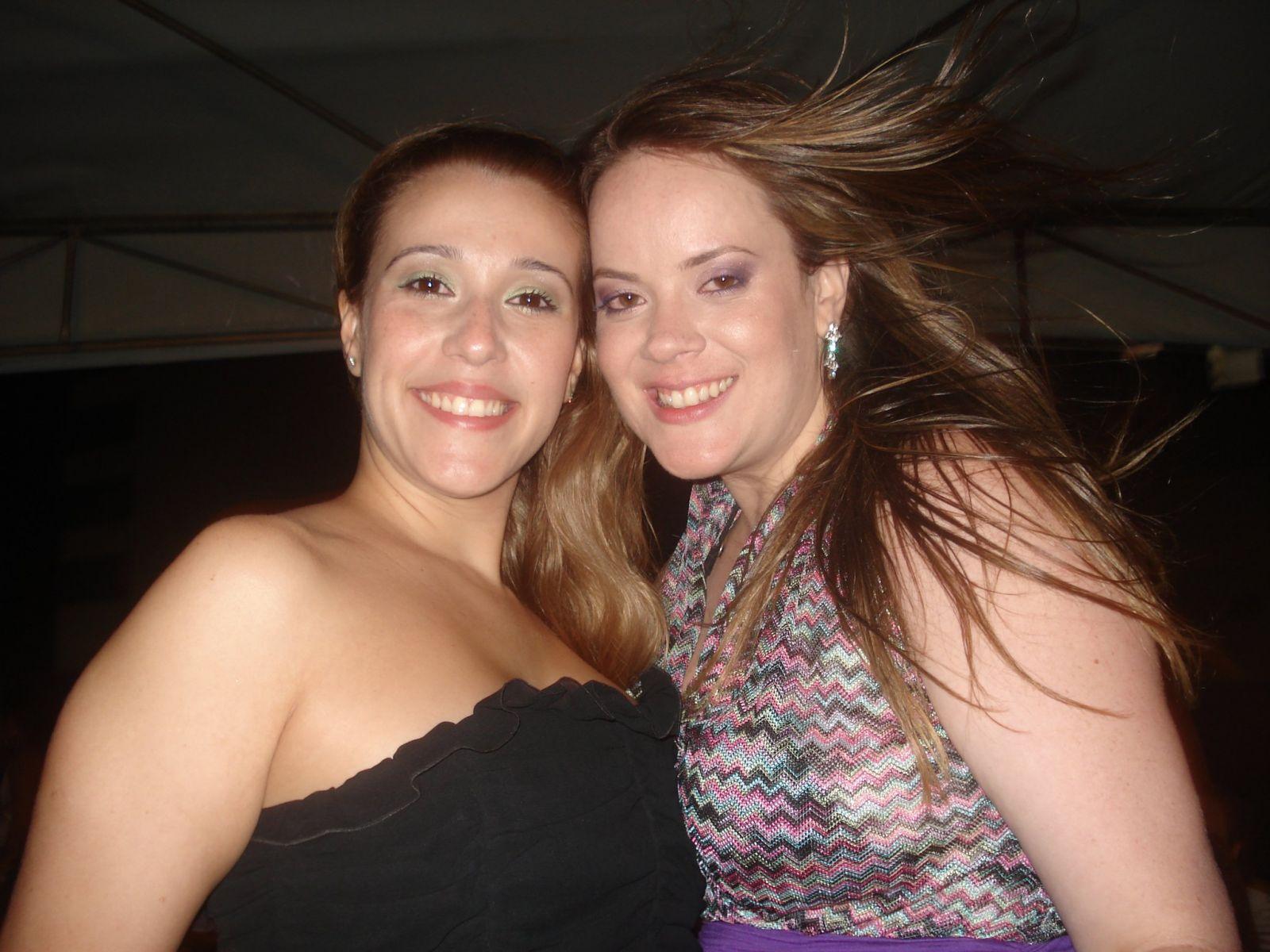Eduarda Magalhães a de cabelos esvoaçantes é a aniversariante de hoje, na foto ela está com Mayse Guimarães
