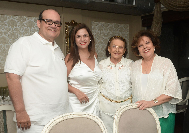 Ademar Lemos, Verônica e Janete Freitas no Réveillon 2019 do restaurante Chez Bernard