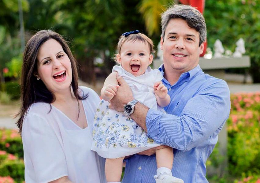Juliana Duarte Porciúncula é a aniversariante de hoje 2/9. Na foto ela está com o esposo Fernando Porciúncula e a primeira herdeira do casal very special