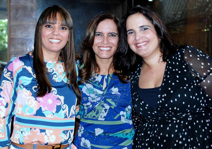 Alegres por fora, mas chorando por dentro, Kala, Munique e Ana Paula Borges perderam a sua mãe Kissinha com complicações provenientes do covid 19