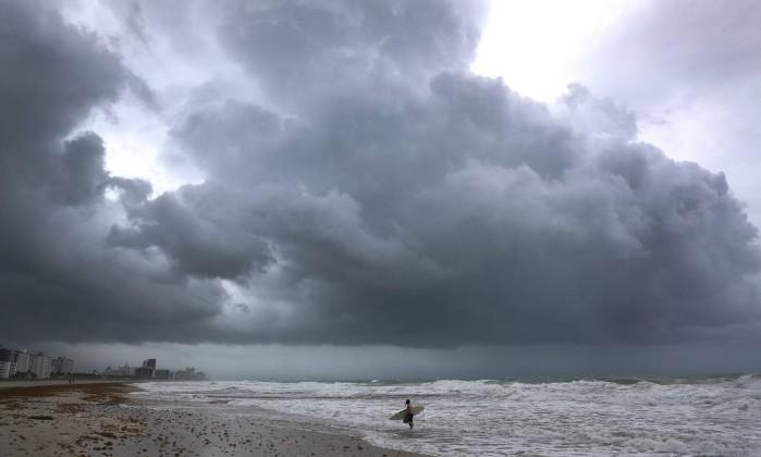 Irma muda rota, ''''desvia'''' de Miami e deve atingir Orlando.Mas se orarmos mais, Deus vai desviar o irma de Orlando também.
