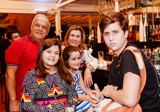 Antonio Augusto Ulm jantando com a família no Soho da Bahia Marina